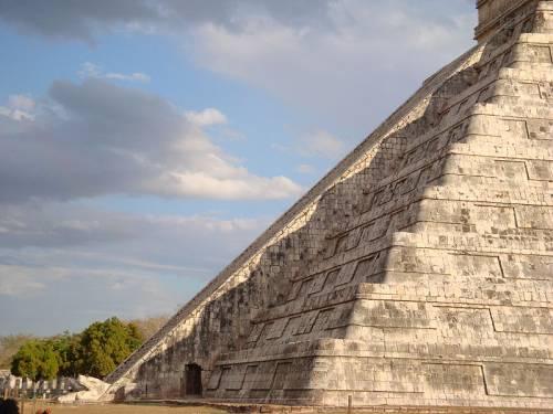 Пернатые змеи пирамиды Кукулькана в период равноденствия. Тень забчатых рёбер пирамида падает на змея. При этом тень двигается, и создаётся иллюзия передвижения змея.